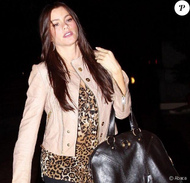 Sofia Vergara arrive au Dorchester Hotel à Beverly Hills avec son compagnon Nick Loeb, le 25 octobre 2010