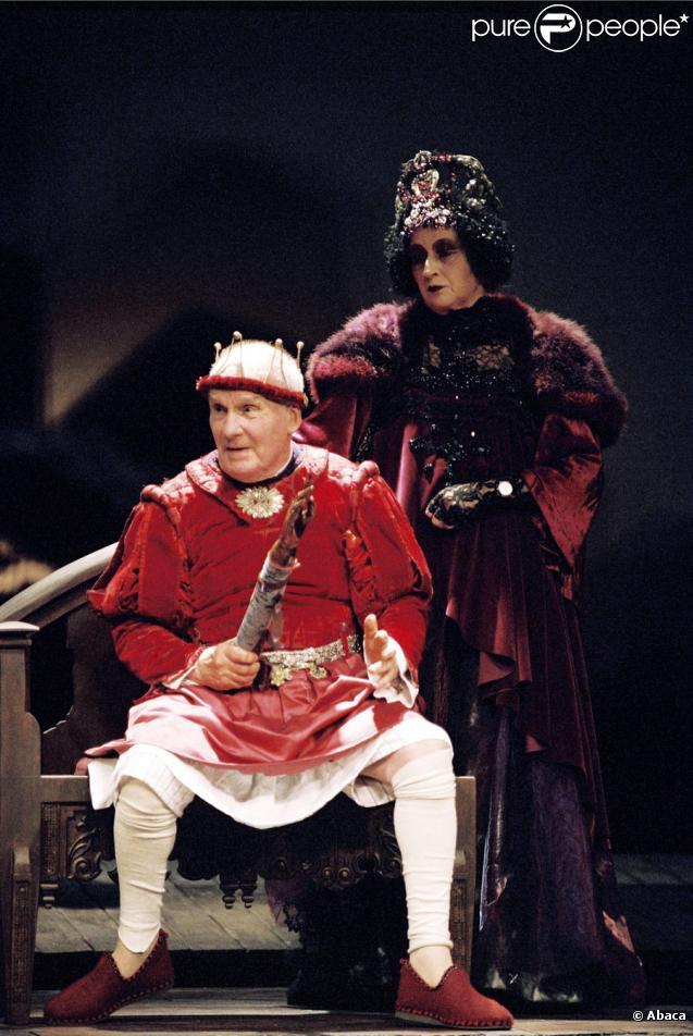 Michel Bouquet jouant dans la pièce Le Roi se meurt à Paris en 2004