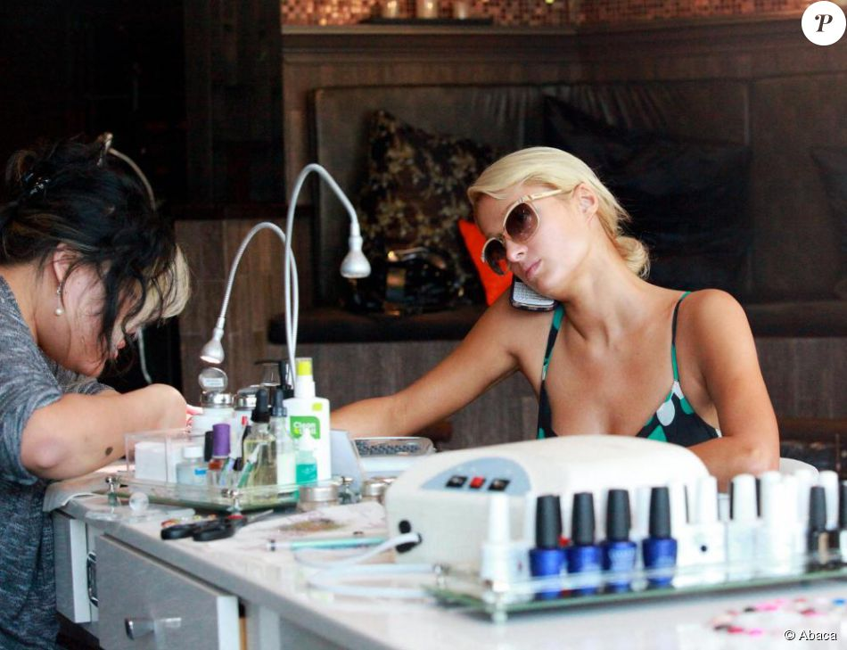 Paris hilton se rend dans un salon de manucure de beverly for Salon de manucure