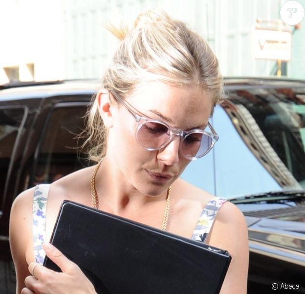 Sienna Miller parfaite avec sa paire de lunettes discrète. Une fashionista jusqu'au bout des yeux.