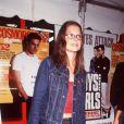 Avec un look passe partout, Katie Holmes opte pour des lunettes classiques.