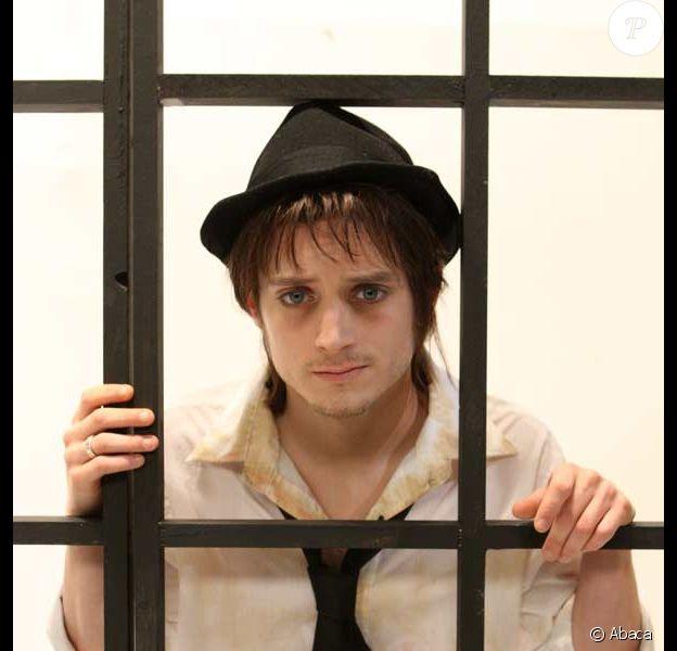 Elijah Wood déguisé en Pete Doherty : un brin de maquillage, un chapeau... on y croirait presque !