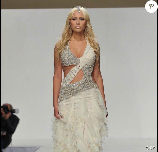La jeune Noemi Letizia, 19 ans, l'une des maîtresses supposées de Silvio Berlusconi, participe au Salon du Mariage, à Caserta, en Italie, le 20 novembre 2010.