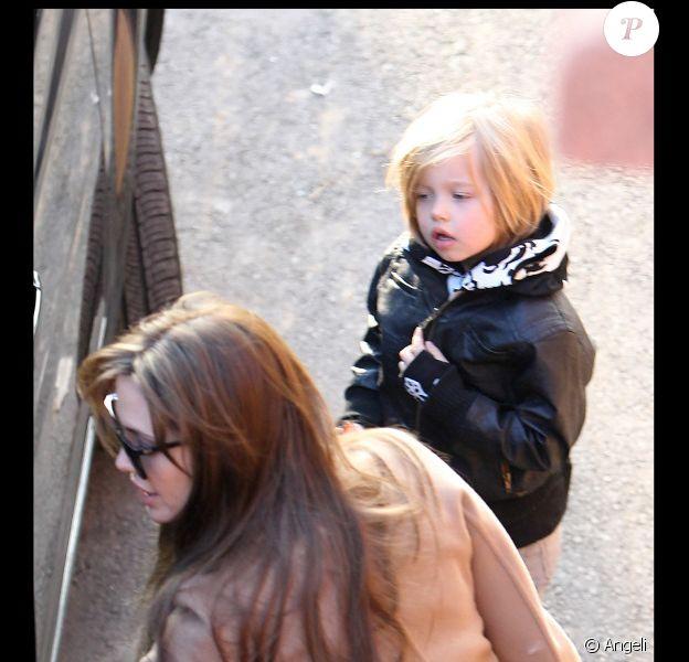 Angelina Jolie emmène trois de ses enfants à l'Aquarium de Paris le 30 novembre 2010, ici avec Shiloh