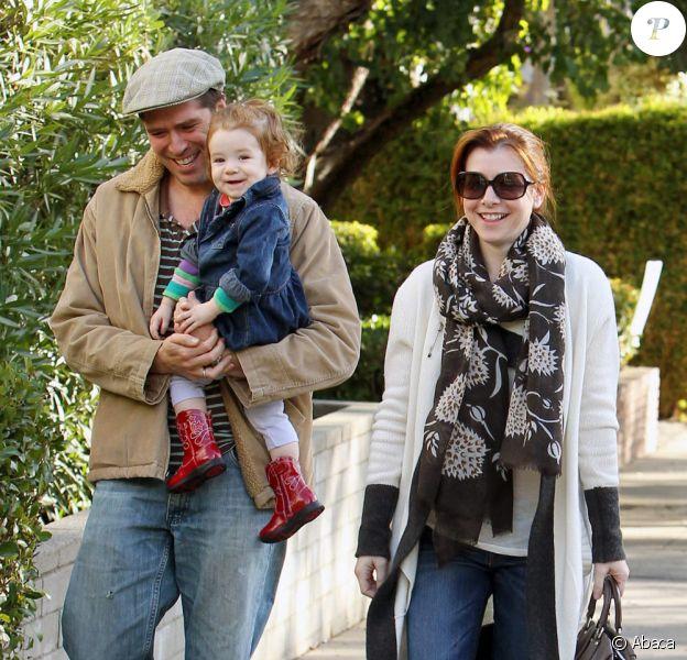 Alyson Hannigan et son mari Alexis Denisof promènent leur fille Satyana à West Hollywood en novembre 2010