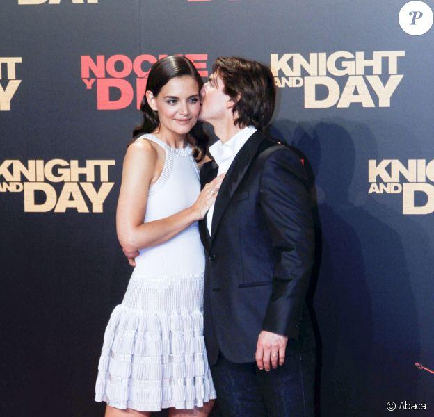 L'acteur Tom Cruise embrasse amoureusement sa femme, Katie Holmes. Les parents de la petite Surie sont manifestement bienheureux!!