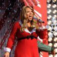 Mariah Carey chante Santa Claus is coming into town accompagné à la guitare par randy Jackson, le 13 décembre 2010.