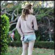 Emma Roberts pieds nus dans la rue près d echez elle à Los Angeles, le 12/12/10