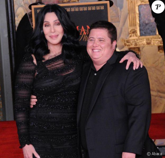Cher, en compagnie de son fils Chaz Bono, au Grauman's Chinese Theatre, le 18 novembre 2010.