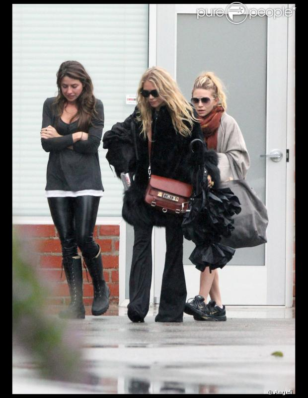 Mary-Kate et Ashley Olsen  sortent d'un studio d'enregistrement à Culver City, Los Angeles, le 21 décembre 2010.