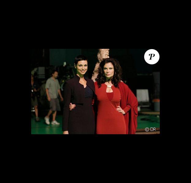 """25 ans après, la terrifiante Diana fait son grand come-back dans la série """"V"""". Jane Badler pose avec Morena Baccarin qui incarne Anna, nouvelle chef des visiteurs."""