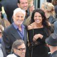 Jean-Paul Belmondo et Barbara Gandolfi, en juin 2010, à Paris, à l'anniversaire de Johnny Hallyday.