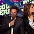 Laury Thilleman et Tomer Sisley remettent le prix du Duo-groupe-troupe internationale de l'année.
