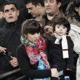 """Giannina Maradona et son fils Benjamin, regardent leur père et mari El Kun Aguero, lors d'un match de la Copa del Rey, Atletico Madrid contre le Real, le 13 janvier 2011"""