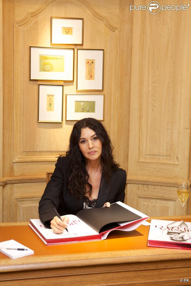 Monica Bellucci à la boutique Cartier de la rue François Ier pour la dédicace de son livre, le 26 janvier 2011