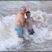Peter Gabriel s'éclate dans les vagues de Saint-Barthélemy avec son fils Isaac !