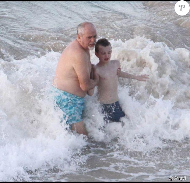 Peter Gabriel profite de la douceur de Saint-Barthélemy et de ses eaux turquoises avec son fils Isaac, 9 ans, le 17 janvier 2010.