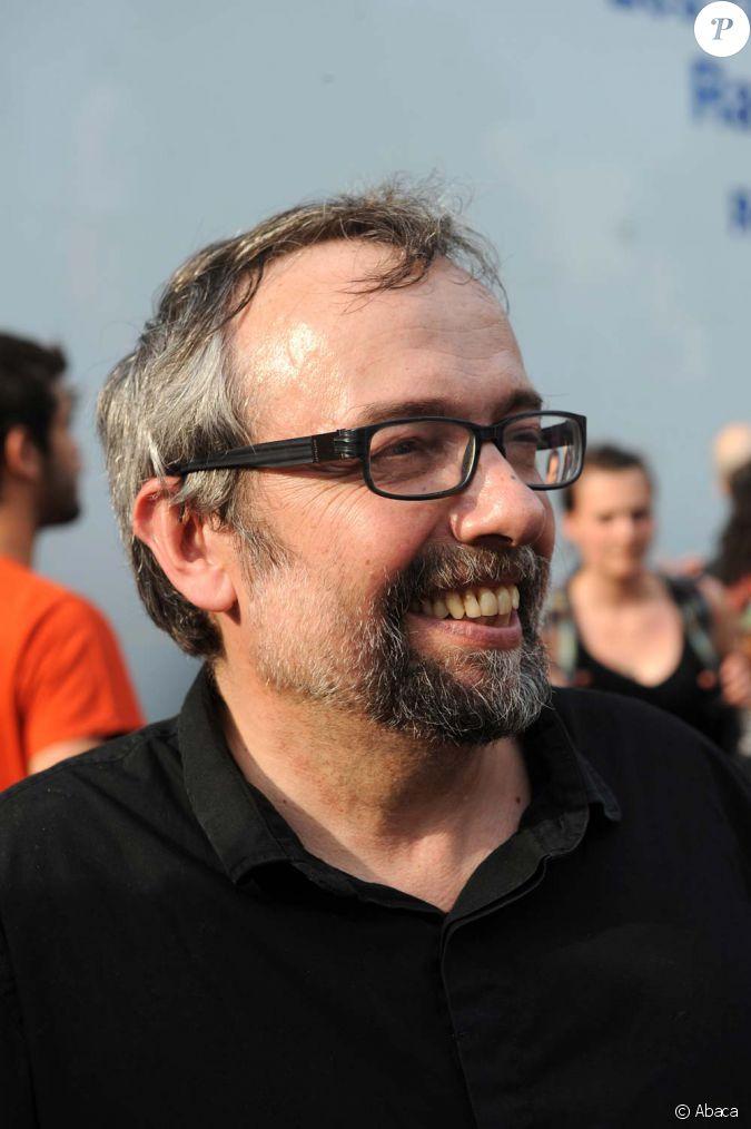 Didier porte manifeste devant les locaux de radio france paris le 1er juillet 2010 - Didier porte france inter ...