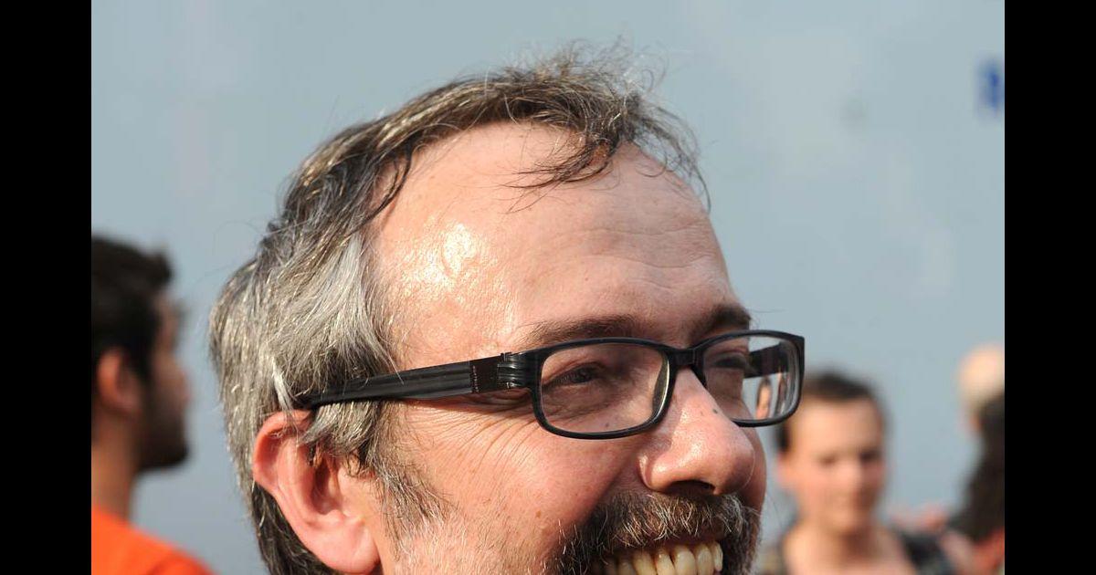 Didier porte manifeste devant les locaux de radio france paris le 1er juillet 2010 purepeople - Didier porte france inter ...