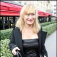 Julie Ferrier, lors de son arrivée au Fouquet's, sur les Champs-Elysées, à Paris, pour le déjeuner des nominés des César 2011, le 5 février 2011.