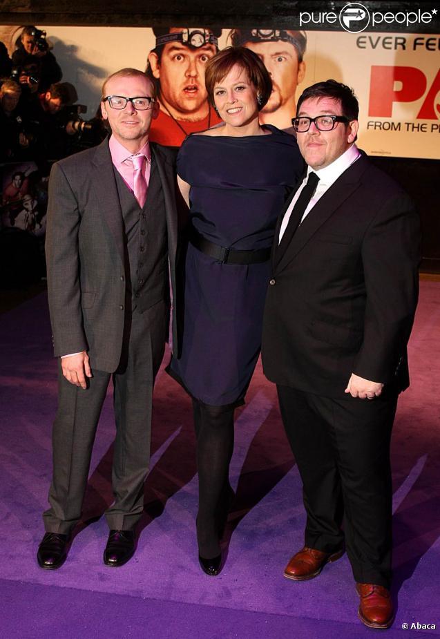 Sigourney Weaver, entourée de Simon Pegg et Nick Frost, à l'occasion de l'avant-première mondiale de  Paul , qui s'est tenue à l'Empire de Leicester Square, à Londres, le 7 février 2011.