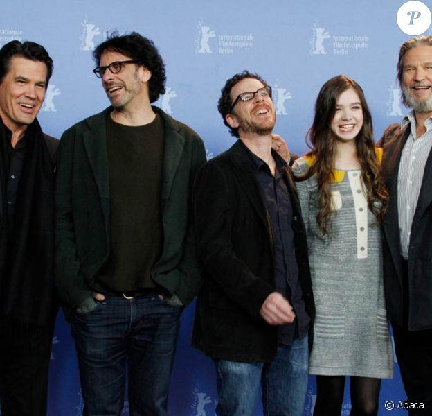 Josh Brolin, Joel Coen, Ethan Coen, Hailee Steinfeld et Jeff Bridges lors du photocall de True Grit, à Berlin, qui ouvrira ce soir la 61e Berlinale, le 10 février 2011.