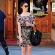 Emmy Rossum était tout simplement parfaite dans une robe fleurie mise en valeur par une cascade d'accessoires.