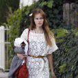 Isabel Lucas a revisité la robe blanche avec succès agrémenté d'une french touch grâce au sac twee mini de Jérôme Dreyfuss.