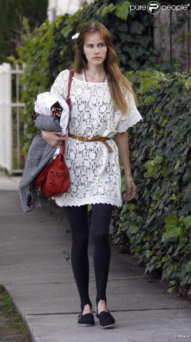 Isabel lucas a revisit la robe blanche avec succ s for Robes blanches simples pour le mariage de palais de justice