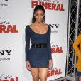 Ciara porte une robe moulante bleu marine à Los Angeles, le 12 avril 2010.