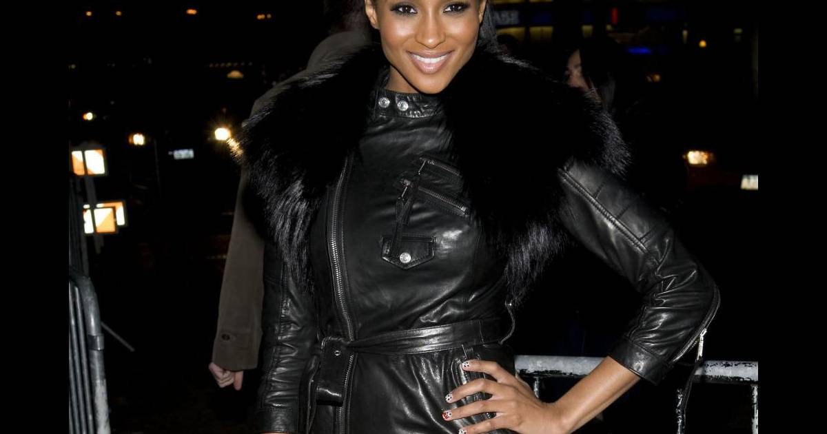 ciara porte un manteau en cuir r v lant ses jambes new york le 16 octobre 2010 purepeople. Black Bedroom Furniture Sets. Home Design Ideas