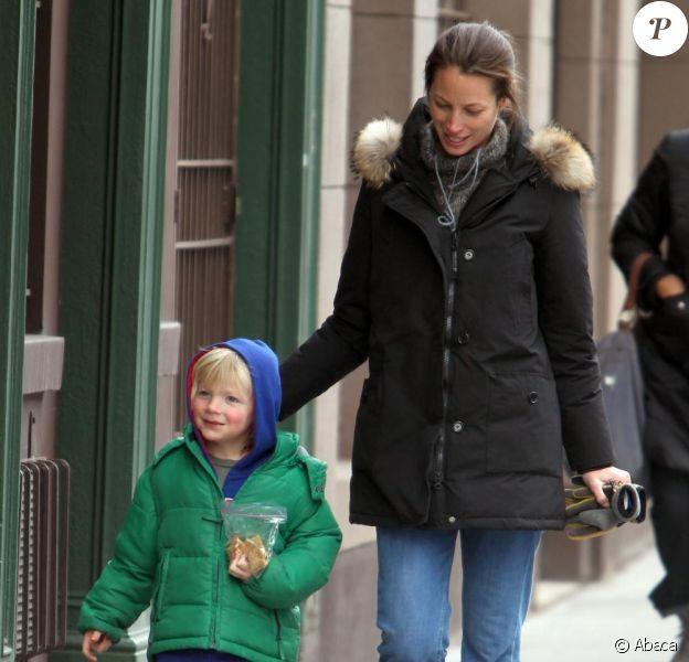 Christy Turlington passe chercher son fils Finn à l'école dans le quartier de Soho à New York le 4 février 2011