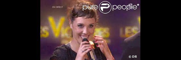 Zaz reçoit la Victoire de la Chanson originale de l'année, remise par le public via les votes téléphone-SMS, pour le titre  Je veux , lors de la seconde moitié des Victoires de la Musique 2011, mardi 1er mars sur France 2.
