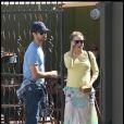 Natalie Portman, enceinte, et son fiancée Benjamin Millepied, vont déjeuner à West Hollywood, à Los Angeles, le 28 février 2011.