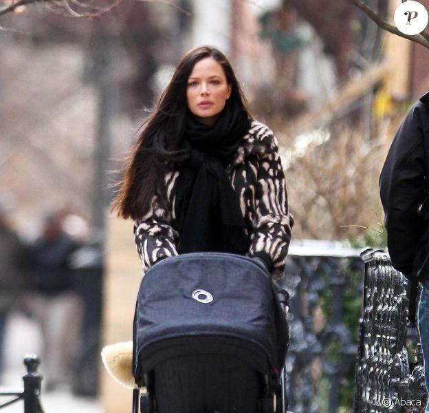 Georgina Chapman se promène avec sa fille India, à New York, le 13 mars 2011.