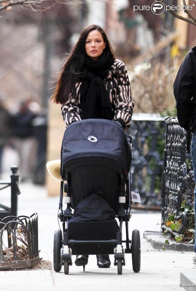 Georgina Chapman se promène avec sa fille India, à New York, le 13 mars 2011.