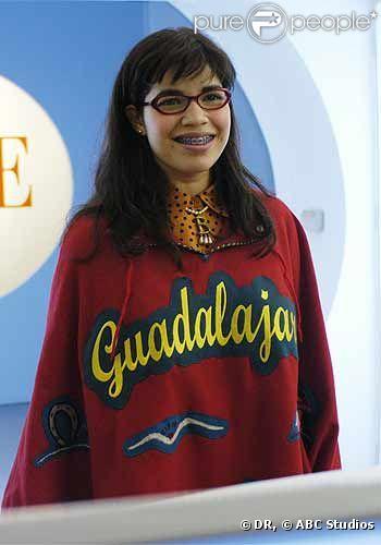 America Ferrera dans Ugly Betty. Son poncho ne jure pas du tout avec le décor glamour d'une rédaction de mode.