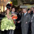 Le prince Charles visite la demeure du Prince créée pour le salon de la maison idéale à Londres le 17 mars 2011 : il rencontre la femme-légume !