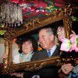 Le prince Charles visite la demeure du Prince créée pour le salon de la maison idéale à Londres le 17 mars 2011