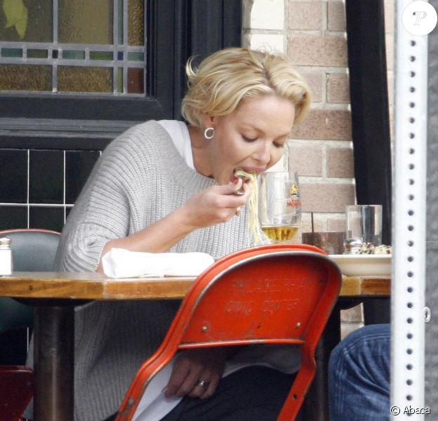 Katherine Heigl à la terrasse du Little Dom's à Beverly Hills, le 23 mars dernier