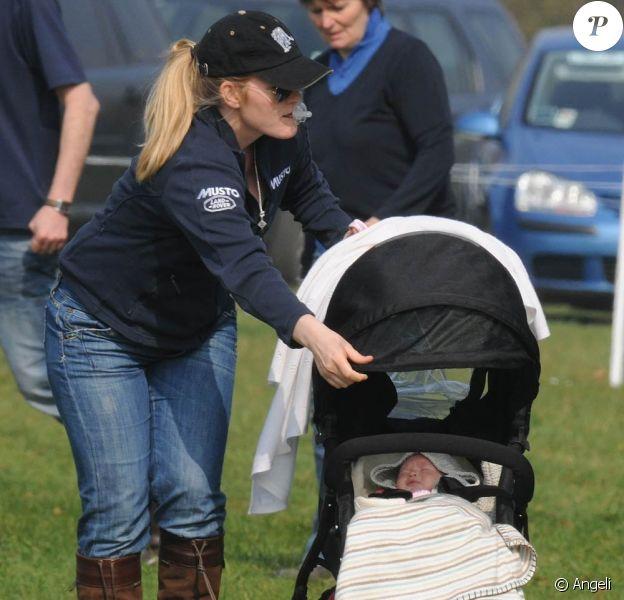 Le 26 mars 2011, à Gatcombe, fief du clan de la princesse Anne, la petite Savannah, fille de Peter et Autumn Phillips (photo) et arrière-petite-fille de la reine, faisait sa première sortie, à 3 mois.