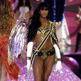 Naomi Campbell en 2005 sur le podium de Victoria's Secret avec des courbes affriolantes