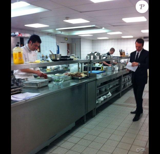 Pierre Sang, Stéphanie et Fanny travaillent d'arrache-pied en cuisine en vue de la finale de Top Chef 2011, lundi 4 avril.