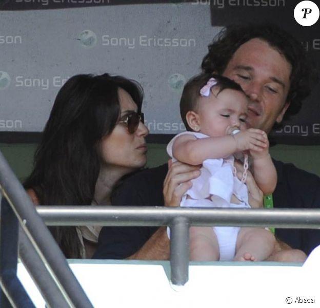Le jeune retraité des courts Carlos Moya et sa ravissante compagne Carolina Cerezuela assistaient, le 3 mars 2011, à la victoire de Novak Djokovic dans le Masters 1000 de Miami, avec leur petite fille de 7 mois, Carla.