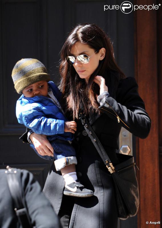Sandra Bullock et son fils Louis, quinze mois, dans les rues de New York, mardi 29 mars 2011.