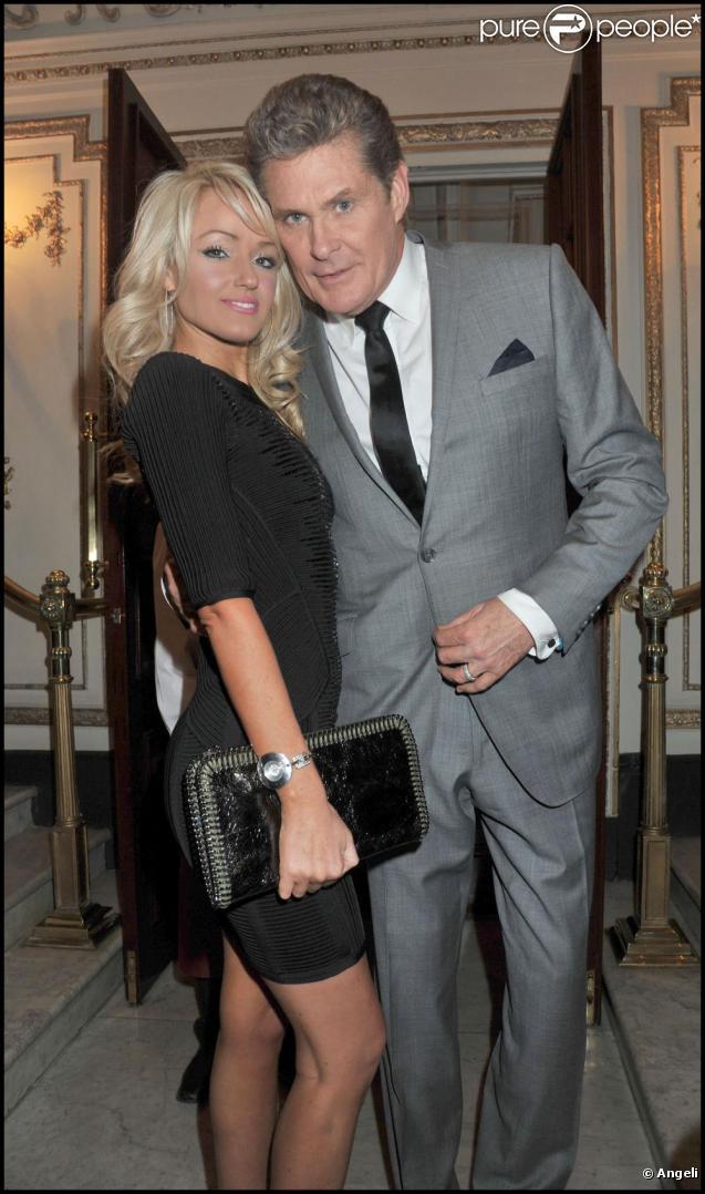 David Hasselhoff et Hayley Roberts, sa nouvelle girlfriend, à la sortie de la pièce Betty Blue Eyes, à Londres. 13 avril 2011
