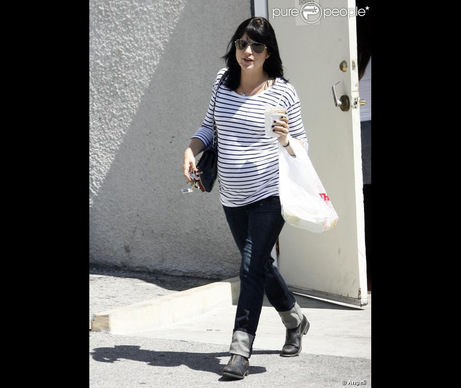 bdebf77c393 Selma Blair n oublie pas la mode pendant sa grossesse   jean retroussé
