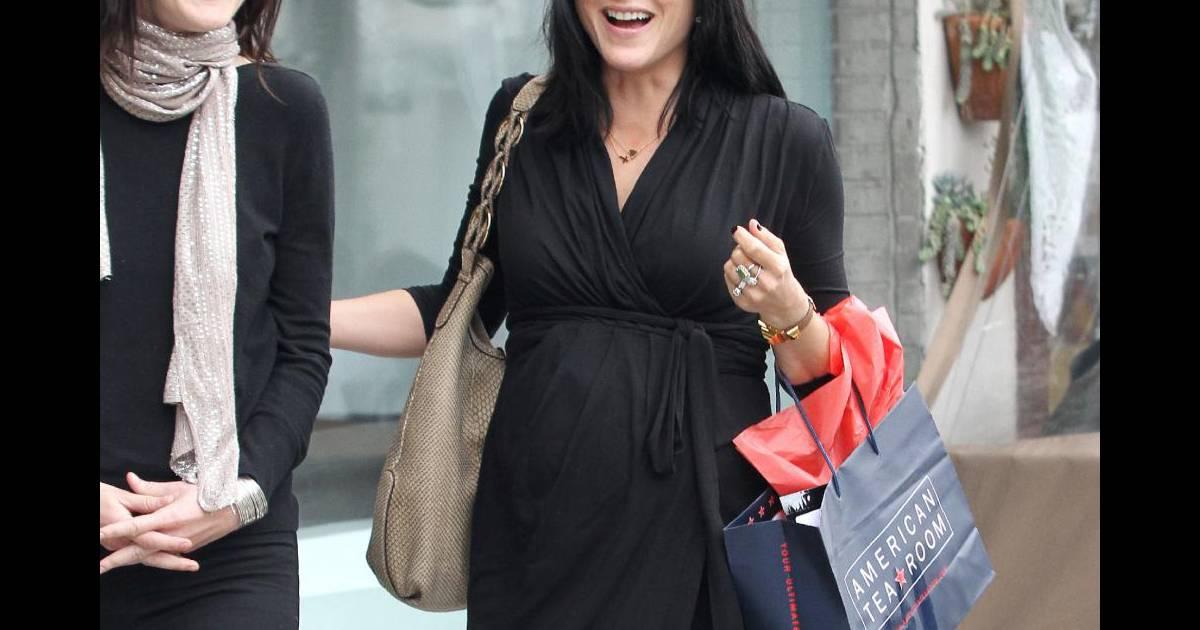 3e589a6e6fa Selma Blair tout sourire en robe portefeuille et talons. Une femme enceinte  qui a de l allure et que ne néglige pas sa féminité ! - Purepeople