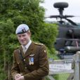 Le prince Harry (photo : en mai 2010, lors de la remise de ses ailes de pilote) a achevé avec succès son entraînement de pilote d'Apache en avril 2011, et a été promu au grade de capitaine.