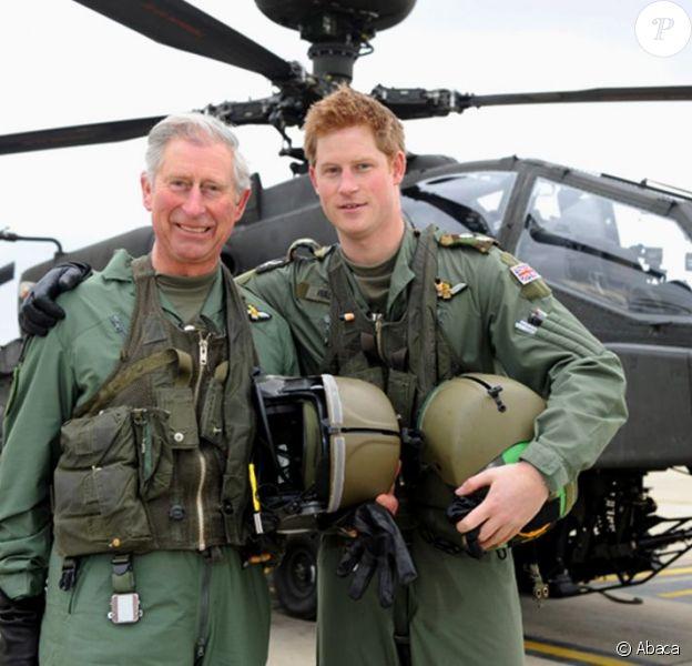 Le Prince Harry devant un hélicoptère Apache, en compagnie de son père le Prince Charles, le 16 avril 2011 à Middle Wallop en Angleterre